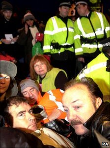 Sheridan and George Galloway form a blockade of Faslane in 2001