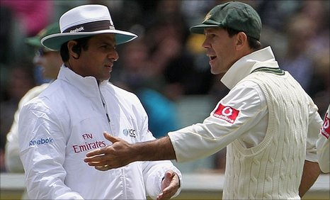 Ricky Ponting argues with Aleem Dar