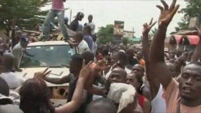Angry crowds surround UN convoy