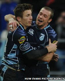 Richard Mustoe (l) celebrates after scoring the Cardiff Blues' second try