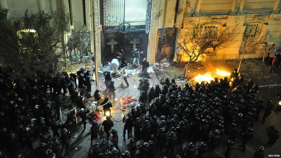 Police confront Christians outside church after bomb blast, 1 Jan 11