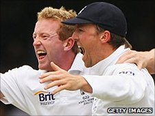 Paul Collingwood removes Mike Hussey