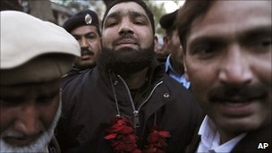 Bodyguard Malik Mumtaz Hussein Qadri arrives at court in Lahore (6 Jan 2011)