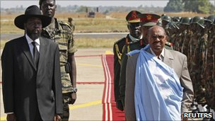Southern Sudan leader Salva Kiir (L) and Sudanese President Omar al-Bashir at Juba airport, Sudan (4 Jan 2011)