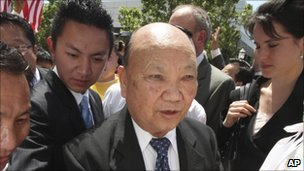 Vang Pao outside court in Sacramento, May 2009