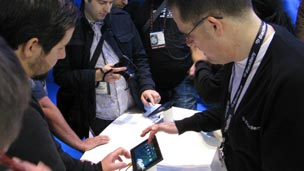 People looking at Motorola's XOOM