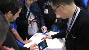 People looking at Motorola's XOOM
