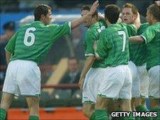 Roy Keane congratulates Matt Holland