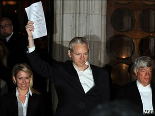 Julian Assange outside the High Court (16 December 2010)