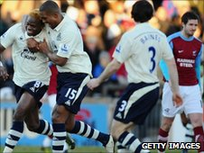 Louis Saha celebrates with Sylvain Distin