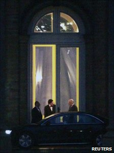 Belgian French-speaking Socialist Party President Elio Di Rupo (2nd L) talks to King Albert II (11 Jan 2011)