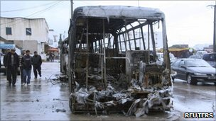 Charred bus in Tunis suburb of Ettadamen (12 January 2011)