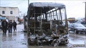 Charred bus in Tunis suburb of Ettadamen (12 January 2011)