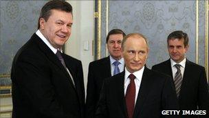 Ukrainian President Viktor Yanukovych (L) with Russian Prime Minister Vladimir Putin (Kiev 26 Oct 2010)