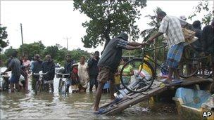 Ethnic Tamils load their belongings onto a boat in Batticaloa, Sri Lanka (9 January 2011)