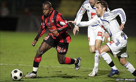 Benjamin Laurant (r) tries to catch Nice forward Bamogo Habib
