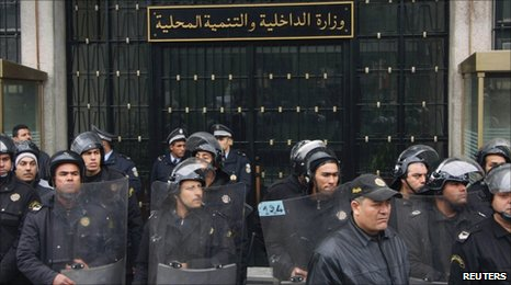 Riot police deployed outside the interior ministry in Tunis (14 January 2011)