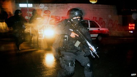 Police clash with gang members in Xalapa, Veracruz state (13 Jan 2011)