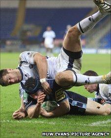 Leigh Halfpenny scores
