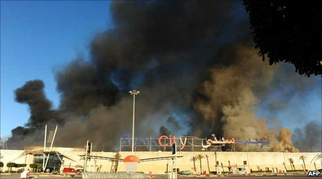 Smoke billowing from a supermarket in La Gazelle, Tunisia (15 January 2011)