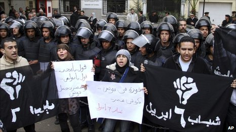 Pro-Tunisian demonstration in Cairo, closely watched by the security forces (15 January 2011)