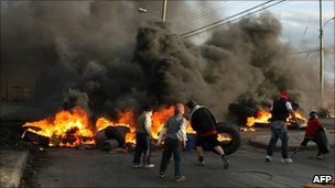 Protesters burn tyres in Punta Arenas, Chile (12 Jan 2011)