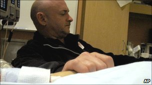 Mark Kelly holds his wife's hand in hospital, 9 Jan 2011