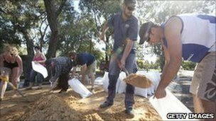 Residents of Horsham Australia volunteer to fill sandbags 17 Jan 2011