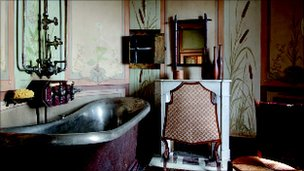 A bathroom inside Maison Mantin