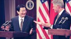 Former US President Bill Clinton and former Chinese Premier Zhu Rongji (L) react to a question during a press conference in Washington (8 April 1999)