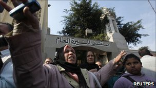 Protesters outside Cairo&#039;s Munira hospital on 18 January 18 2011 .