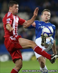 Stephen McPhail competes with Jon Walters