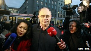 Reporters surround former Swiss private banker Rudolf Elmer at the regional court in Zurich (19 Jan 2011)