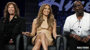 Steven Tyler and Jennifer Lopez with Randy Jackson (r)