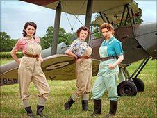 Selin Hizli (far left) as Connie Carter in Land Girls