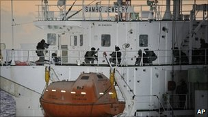 South Korean navy commandos on the deck of the Samho Jewelry (21 Jan 2011)