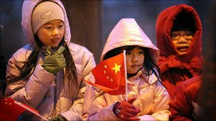 A woman and two young girls wait to see President Hu Jintao in Chicago on 20 Jan 2011