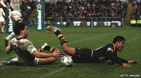 David Lemi (right) beats Nicolas Vergallo in a race to the ball to score the winning try