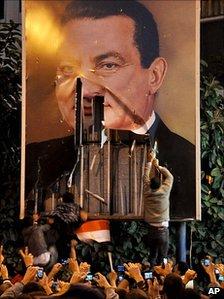 Poster of Hosni Mubarak torn down in Alexandria