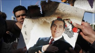 Protesters in burn a photo of former President Zine al-Abidine Ben Ali. Photo: 24 January 2011