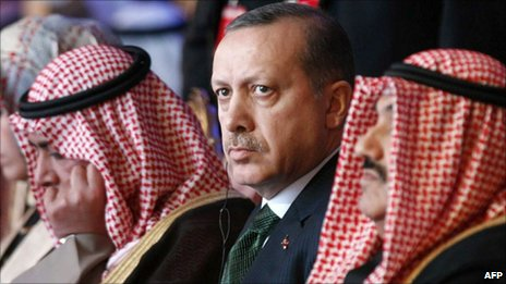 Turkish PM Recep Tayyip Erdogan (centre) and his Kuwaiti counterpart Sheikh Nasser al-Ahmad al-Sabah (left) in Kuwait City