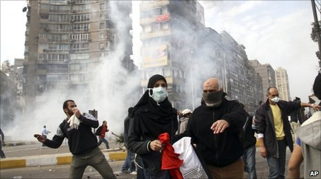 Egyptian protesters flee as anti-riot police fire tear gas in Cairo, 28 January
