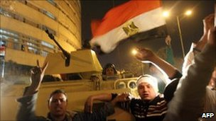 Demonstrators greet the army in Cairo. Photo: 28 January 2011