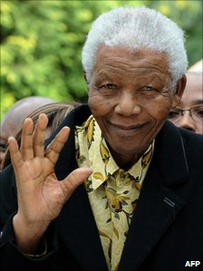 South Africa's former president Nelson Mandela waving after casting his vote in South Africa's general elections in Johannesburg, 22 April 2009  