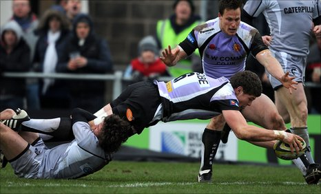Exeter Chiefs' Dave Ewers scores