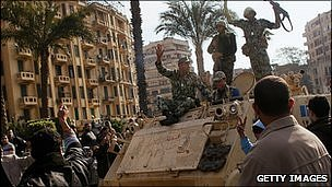 Protesters stop tanks in Tahrir Square