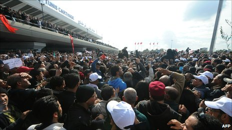Thousands of people at Tunis Carthage airport for the arrival of Rachid Ghannouchi (30 Jan 2011)