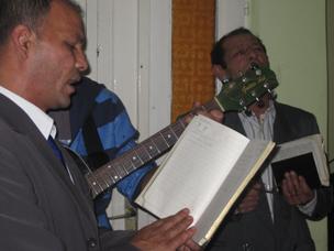 Kekcse musicians singing hymns