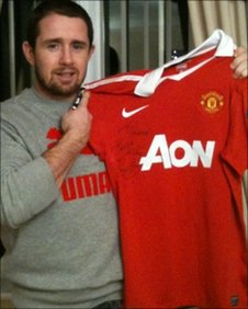 Shane Williams with a signed Ryan Giggs shirt