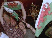 Ymgyrchwyr 'ie' yn dathlu ar noson canyniad refferenwm 1997